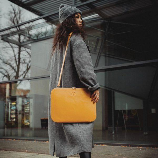 Gelbe Notebooktasche, Model